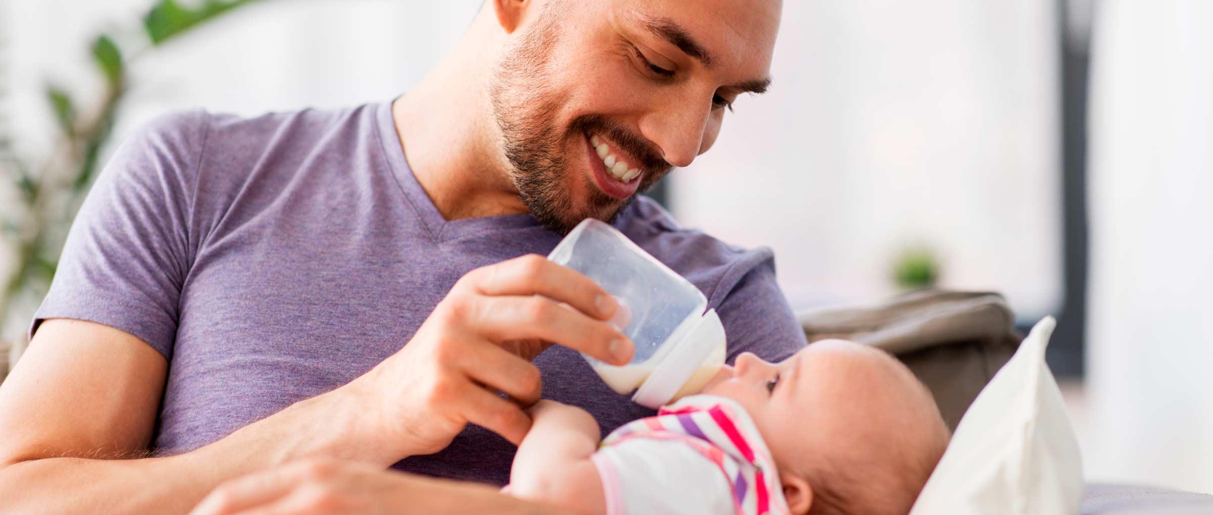 Väter können ebenso ihr Baby mit der Flasche füttern